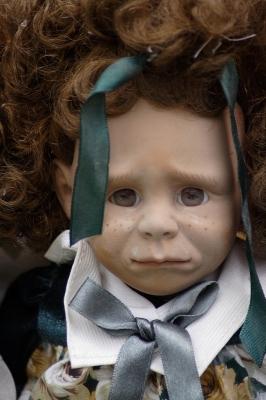 Непомерно жестокие наказания заставляют застыть ребёнку в его внутреннем развитии, превращая его из живого малыша в мёртвую куклу.